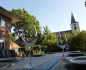 Diner op terras met kerk op de achtergrond
